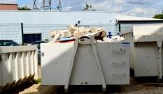 Travaux de démolition du plafond : évacuer les gravats à l'aide de bennes